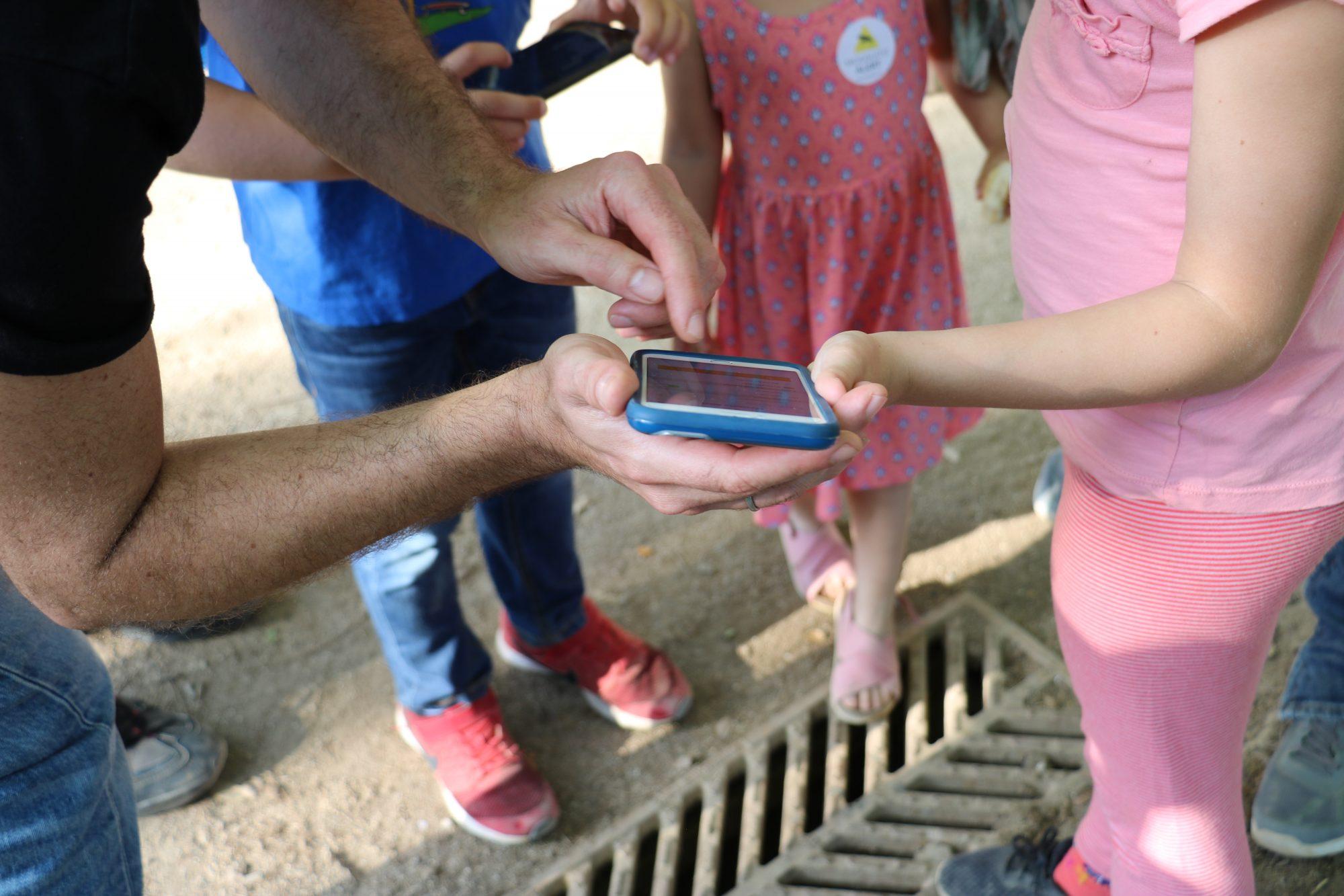 Voluntarios con la app. Mosquito Alert CC-BY