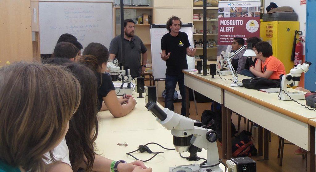 Tomás Montalvo, responsable del programa de control del mosquit tigre de l'ASPB, i els monitors de Mosquito Alert a una de les escoles. Foto: Xatrac