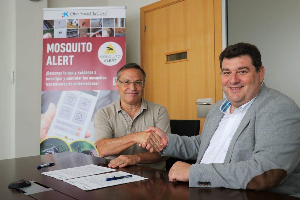 El director del CREAF, Javier Retana (izda.) y Presidente de ANECPLA, Aurelio Abril (dcha.), en el momento de la firma del convenio.