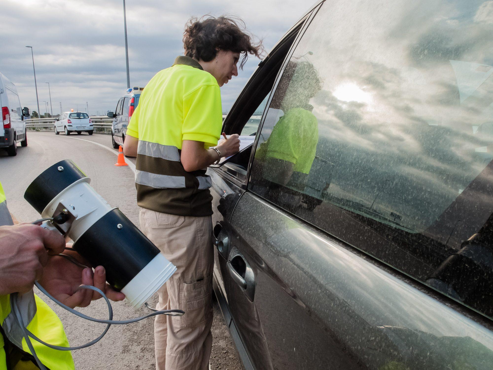Técnicos del Servei de Control de Mosquits de Baix Llobregat inspeccionando vehículos en un peaje con los Mossos. Autor: Consell Comarcal Baix Llobregat