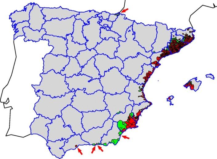 Distribución del mosquito tigre (Aedes albopictus) en España hasta 2014. Rojo: registro a nivel municipal; Verde: no registrado; Gris: zona no estudiada. Flechas: localidades con presencia puntual de mosquito tigre.